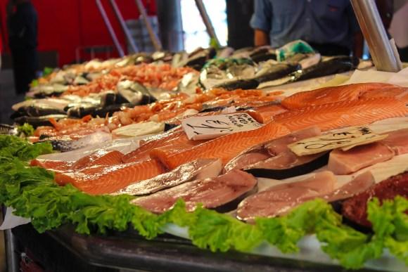 Imagem mostra diversos peixes à venda em um mercado.