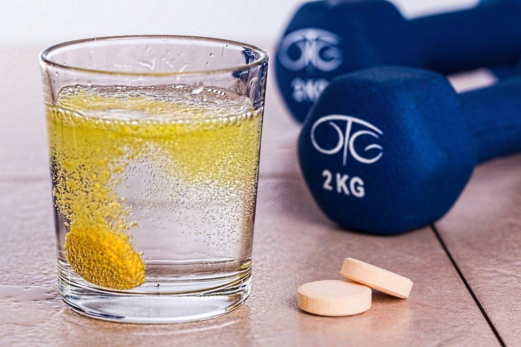 Imagem de um copo de vitamina C efervescente.