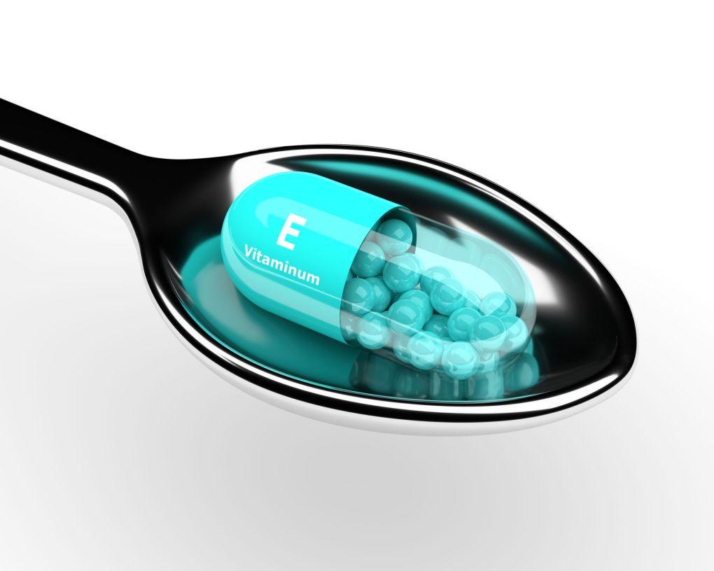 Colher com uma cápsula de vitamina E.