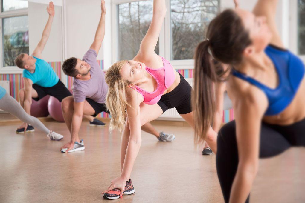 Gruppo di fitness per lo stretching del corpo durante le lezioni di fitness