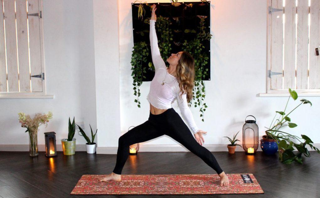 meisje doet yoga-sessie