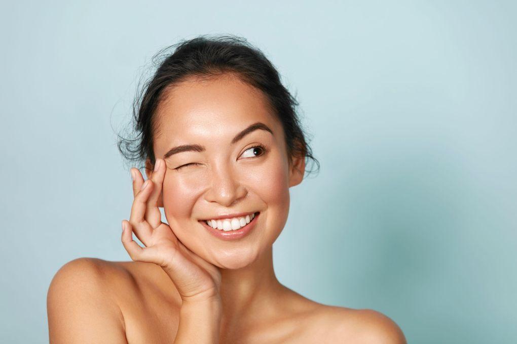 Huidverzorging. Vrouw met schoonheidsgezicht wat betreft gezichtshuidportret