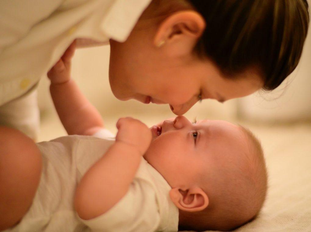 meisje dat voor haar baby zorgt