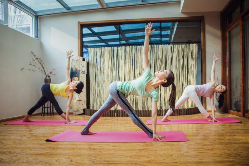 meisjes die yoga beoefenen