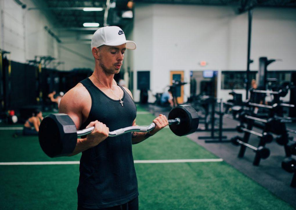 jongen training in de sportschool