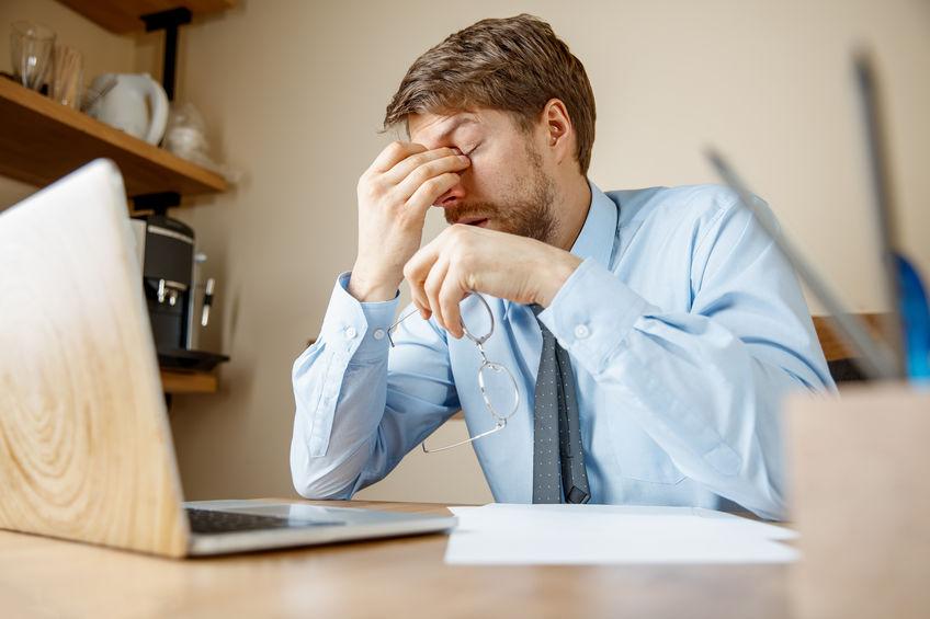 man met stresshoofdpijn