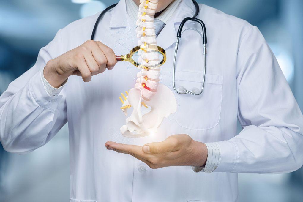 arts kijken naar röntgenfoto