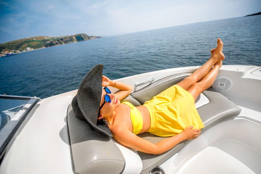 meisje op boot zonnebaden