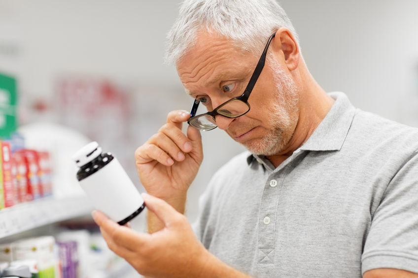 senior mannelijke klant met medicijn bij apotheek