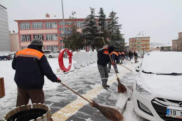 Sungurlu Belediyesi Temizlik İşleri Müdürlüğü tarafından, vatandaşların her hangi bir aksaklık yaşamaması için kar küreme çalışması yapıldı.