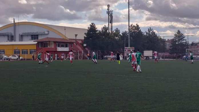 Ligin ikinci devresine fırtına gibi başlayan temsilcimiz Sungurlu Belediyespor, güçlü rakibi Eti Lisesi'ni deplasmanda 4-0 yenerek, ikinci devre yenilgisiz yoluna devam ediyor.