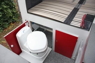 Toilet uitgeschoven op rails inclusief SOG en spoeling via de watertank.