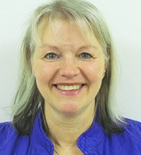 n'rporträtt av Susanne Bäckström, logoped på DART vid sahlgrenska sjukhuset. Ljust hår och lite lugg, blå skjortkrage.