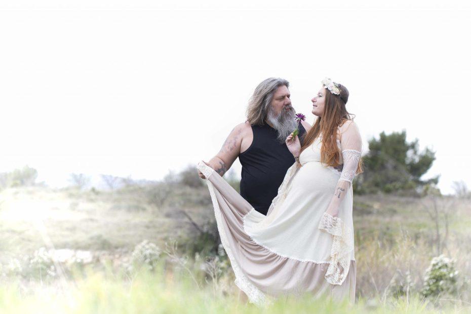 Couple amoureux sur un shooting maternité grossesse