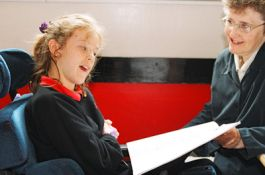 Bimba con disabilità insieme a insegnante di sostegno