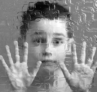 bambino con le mani appoggiato ad un vetro, volto, mani, bambino