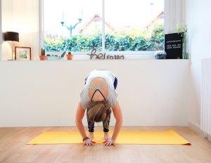 Relâchement des tensions en Uttanasana (pince debout) yoga contre stress anti stress évacuer stress anxiété