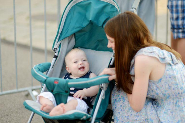 Mamma con figlio nel passeggino