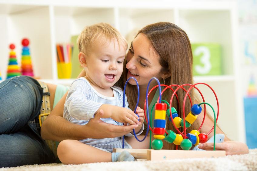 il bambino e la madre giocano con il giocattolo educativo