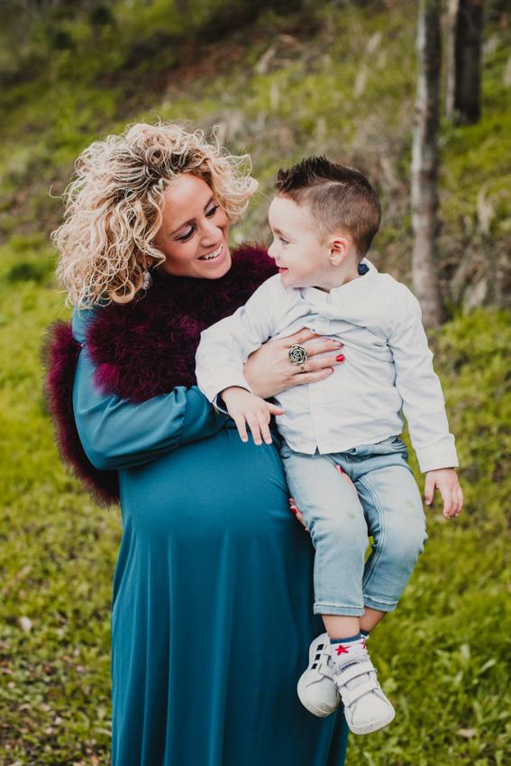 mamá embarazada con su hijo en brazos