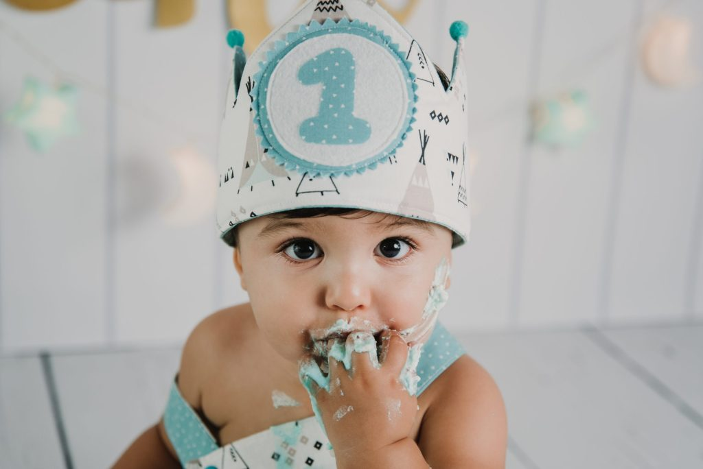 fotografia de bebe comiendo tarta en estudio de los villares