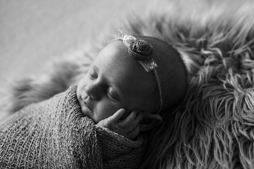 retrato de recien nacido en blanco y negro