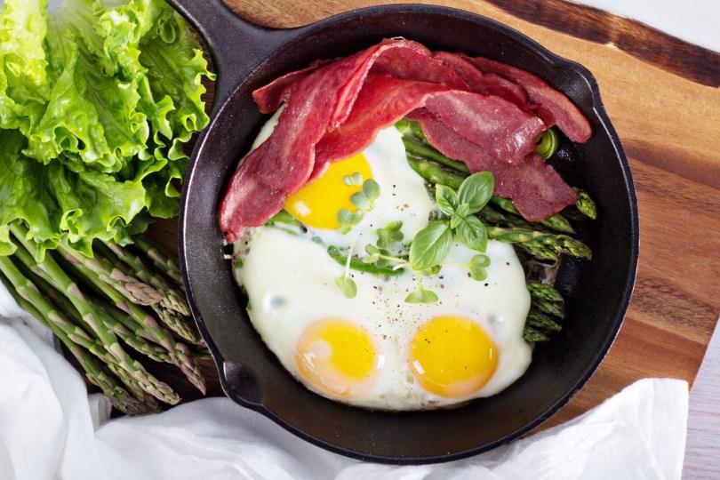 Paistetut munat, parsaa ja pekonifilee (1 annos)