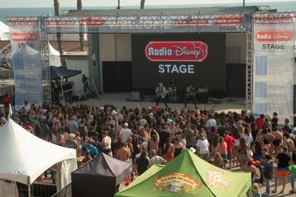 10-Cody-Simpson-Wide-Crowd-600x400-1.jpg