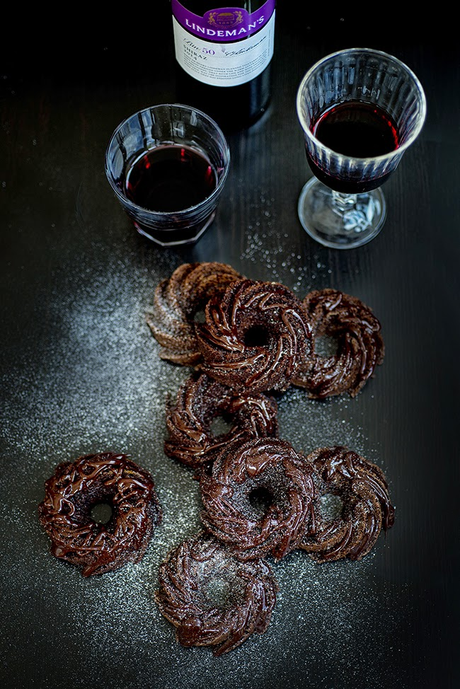 Chocolate and red wine are a match made in heaven in these delicious mini chocolate and red wine bundt cakes with glossy chocolate glaze