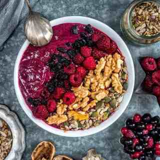 This mixed berry smoothie bowl is so quick, easy, delicious and super healthy. A great breakfast to start your day.
