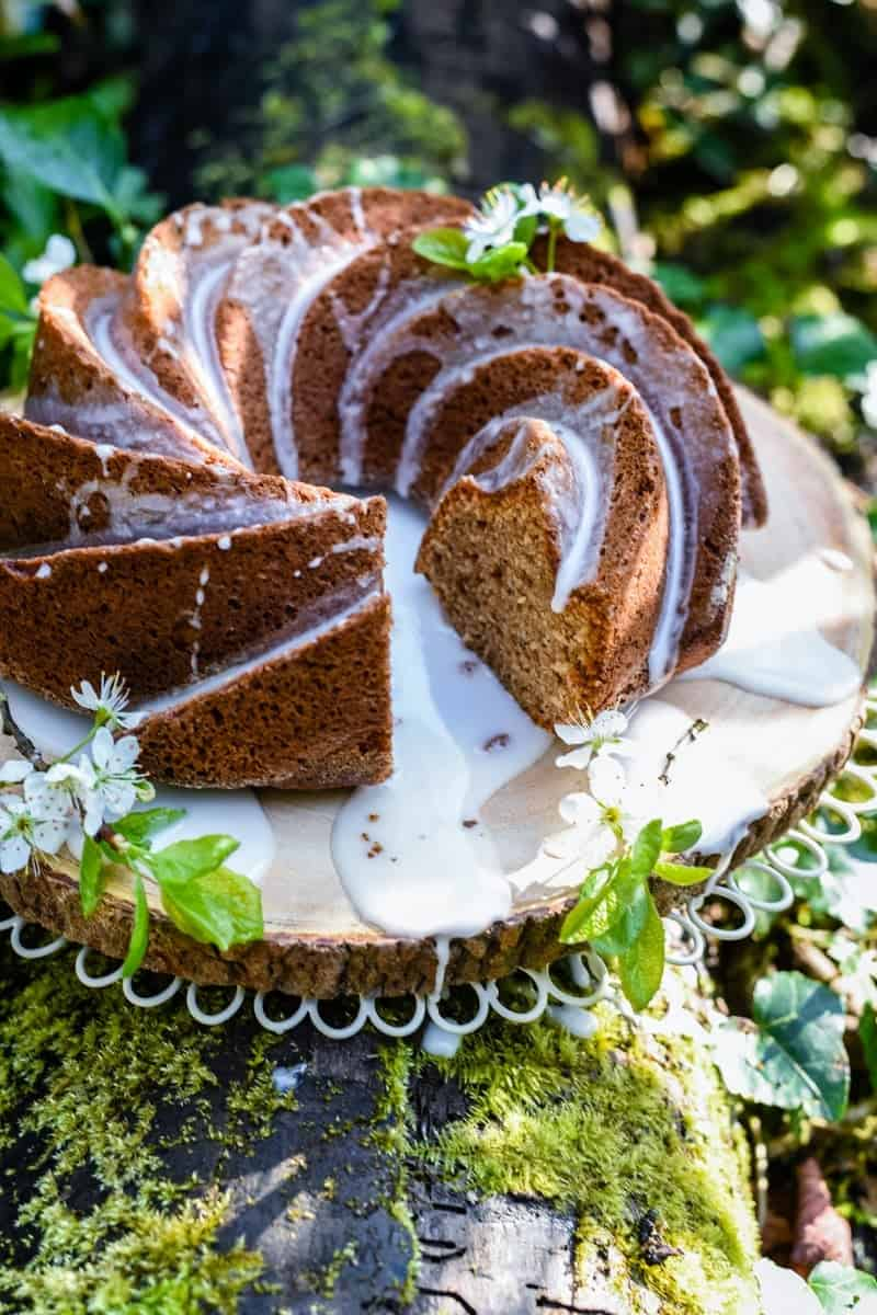 This apple cinnamon bundt cake with lemon glaze is indescribably delicious and keeps very well – perfect for your coffee break! Bake in a bundt or loaf tin.