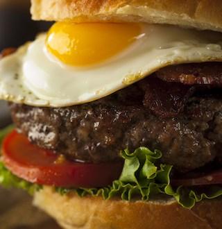 homemmade bacon hamburger with egg PL2EKKV copie - Steak haché maison