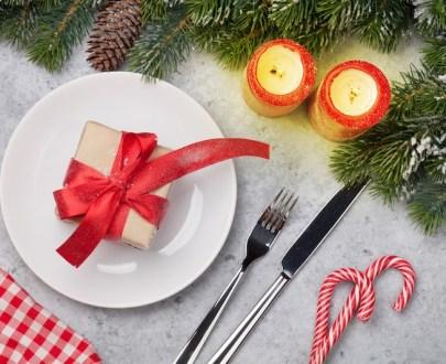 christmas table setting with candles and xmas 5U6HFT2 - Menu grand Veneur Fêtes