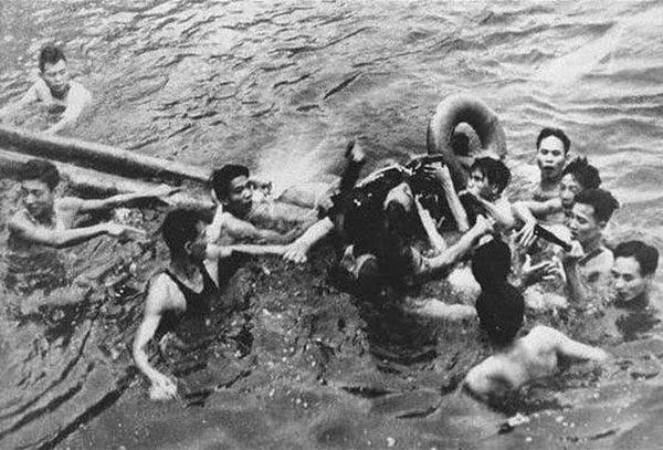 1967 yılında Truc Bach gölünde Vietnamlılar tarafından ele geçirilen pilot John Mc Cain