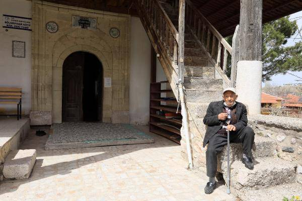 900 yillik camide endiseli ibadet 1 - 900 yıllık camide, endişeli ibadet