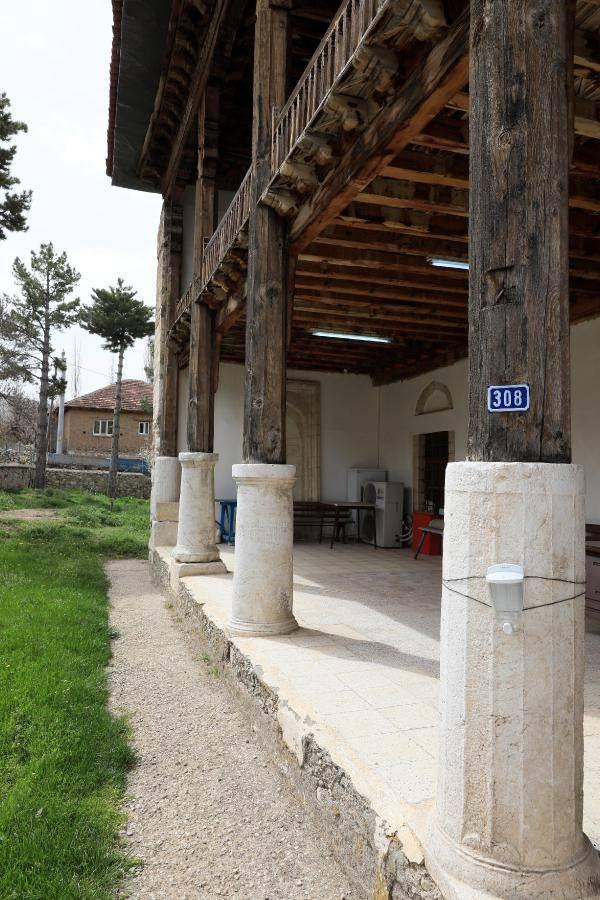 900 yillik camide endiseli ibadet 2 - 900 yıllık camide, endişeli ibadet