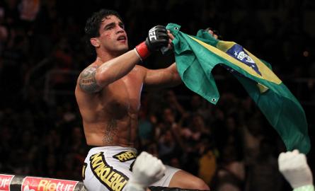 Tavares (foto) fará sua primeira luta entre os penas em agosto. Foto: Divulgação/UFC