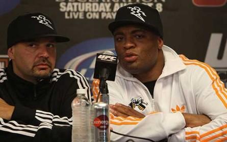 Ed Soares (esq.) ao lado de A. Silva (dir.); empresário acredita em superluta no futuro. Foto: Josh Hedges/UFC