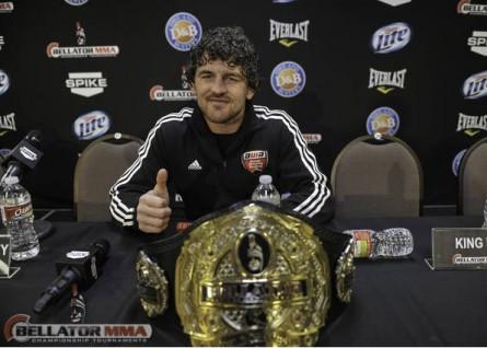 B. Askren posa ao lado do cinturão dos meio-médios do Bellator. Foto: Divulgação/Bellator