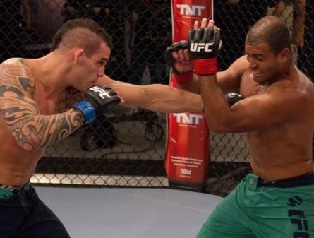 Santiago (esq.) derrotou Foguete (dir) e está nas semifinais do TUF Brasil. Foto: UFC