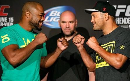 R. Evans (esq.) encara D. Henderson (dir.) no UFC 161. Foto: Josh Hedges/UFC