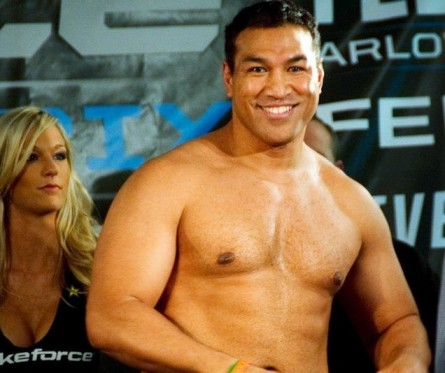 R. Sefo (foto) na pesagem de seu última luta de MMA, pelo Strikeforce, em 2011. Foto: Reprodução/Facebook
