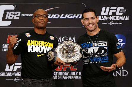 A. Silva (esq.) tenta recuperar o cinturão dos médios contra C. Weidman (dir.), em dezembro. Foto: Josh Hedges/UFC