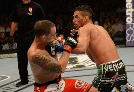 Charles (dir) volta ao octógono no UFC 166. Foto: Josh Hedges