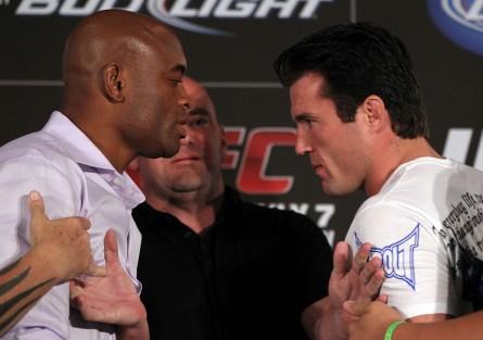 A.Silva (esq.) em encarada com C.Sonnen (dir.) antes da revanche entre os dois. Foto: Josh Hedges/UFC
