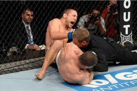 R. Toquinho finaliza M. Pierce e árbitro tem que interferir. Foto: Josh Hedges/UFC