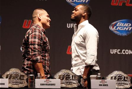 Velasquez (esq.) e Jones (dir.) se encaram durante evento promocional em Nova York. Foto: Josh Hedges/UFC