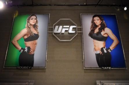 Banners de Rousey (esq.) e Tate (dir.) no TUF 18. Foto: Josh Hedges/UFC