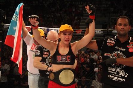 Emocionada, Larissa recebe o cinturão do Jungle. Foto: Divulgação/Jungle Fight