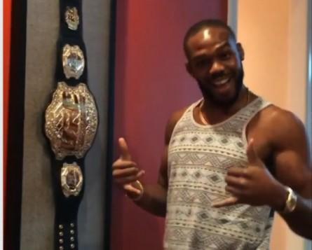 Jones mostra seu cantinho reservado para o cinturão em casa. Foto: Instagram/Reprodução